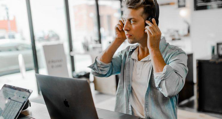 fones de ouvido para trabalhar no coworking