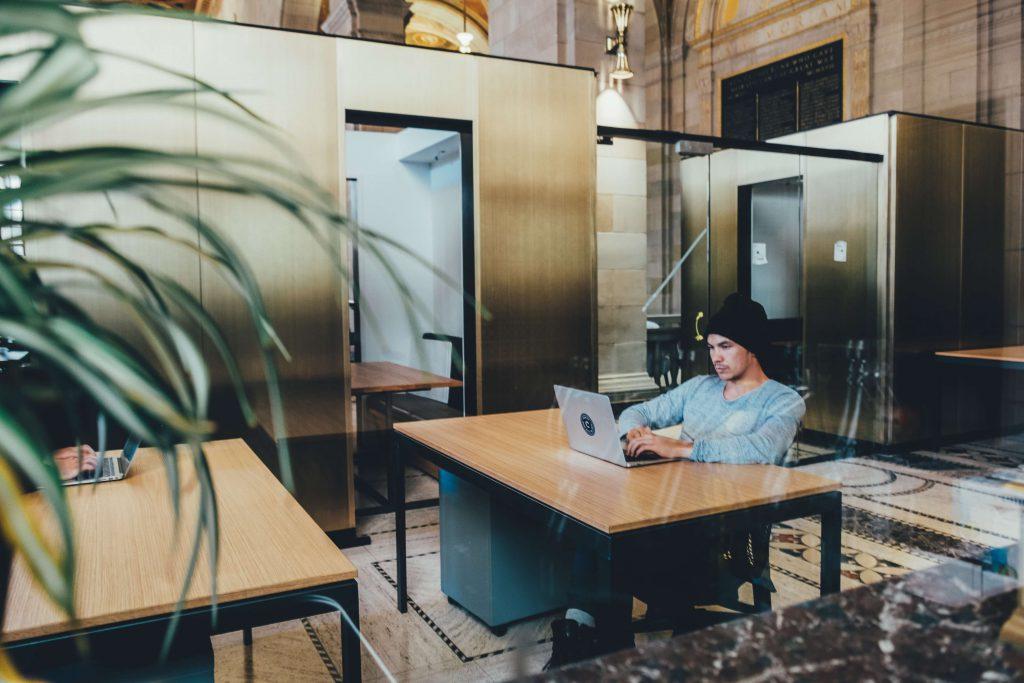 coworkings e escritórios tradicionais