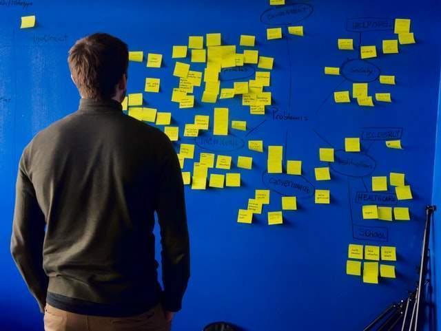 Saiba como fazer um brainstorm remotamente de maneira prática e eficaz